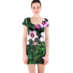 Pink Flowers Over A Green Grass Short Sleeve Bodycon Dress