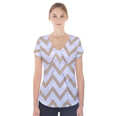 CHEVRON9 WHITE MARBLE & SAND (R) Short Sleeve Front Detail Top