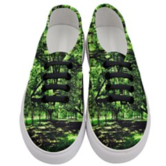 Hot Day In Dallas 26 Women s Classic Low Top Sneakers